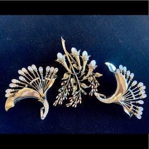 3 Vintage brooches goldtone pins